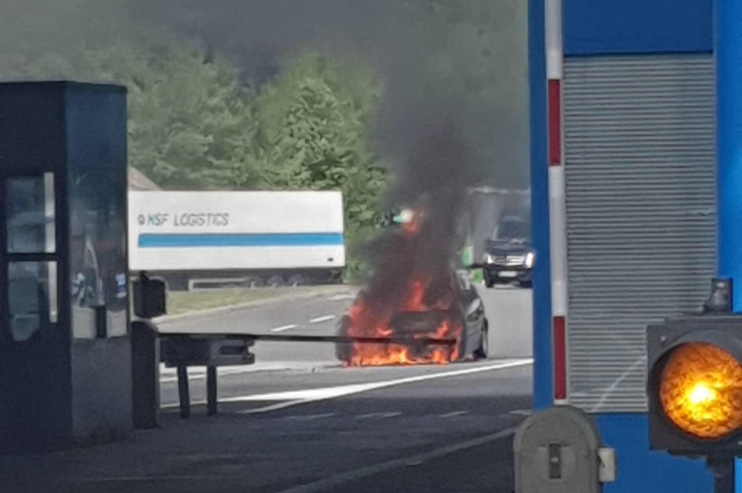 Buktinja na izlazu iz Hrvatske: Zapalio se slovenski VW Golf