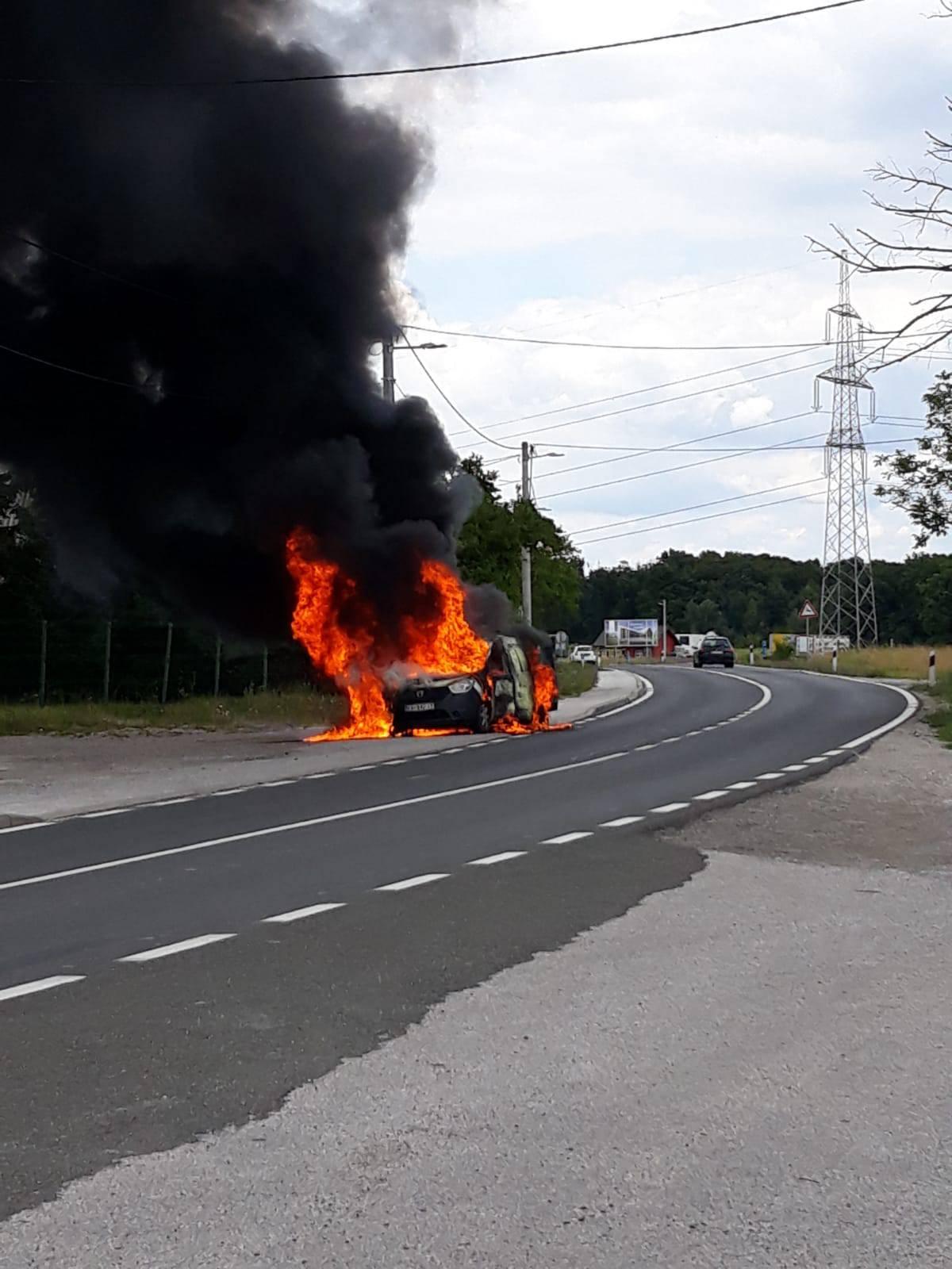 Buknuo auto kod Samobora: 'U njemu bile plinske boce, vozač uspio pobjeći u zadnji tren'