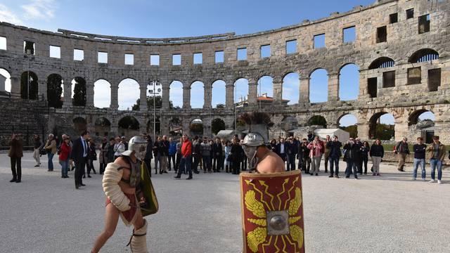 Gladijatori su opet u Areni, ali sada se bore s diplomatima