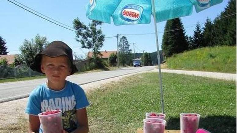 Tuga malog Jovana: Dječaku koji uz cestu prodaje maline za školske knjige umrla majka