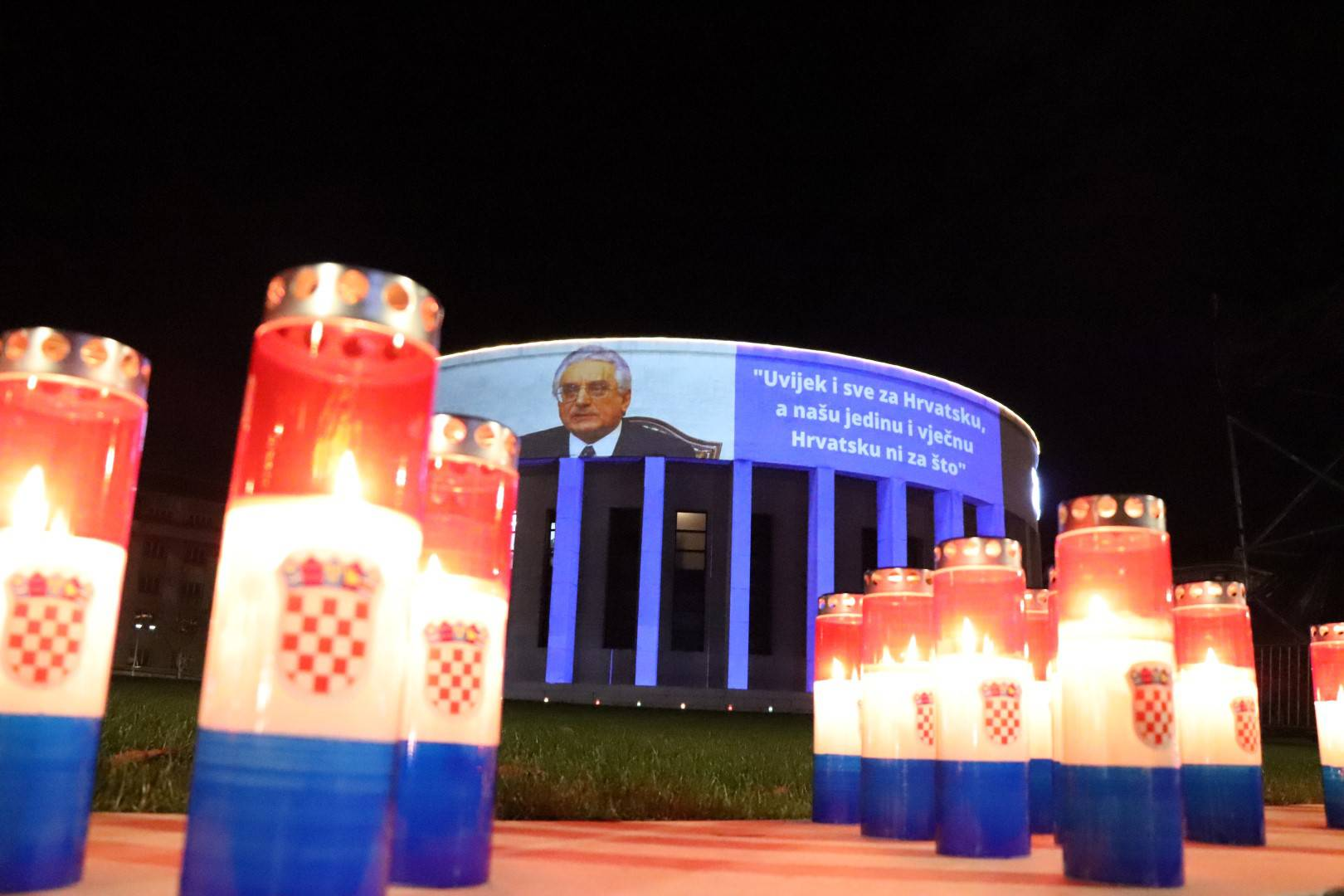 Na Meštrovićev paviljon su projicirali fotografiju Tuđmana