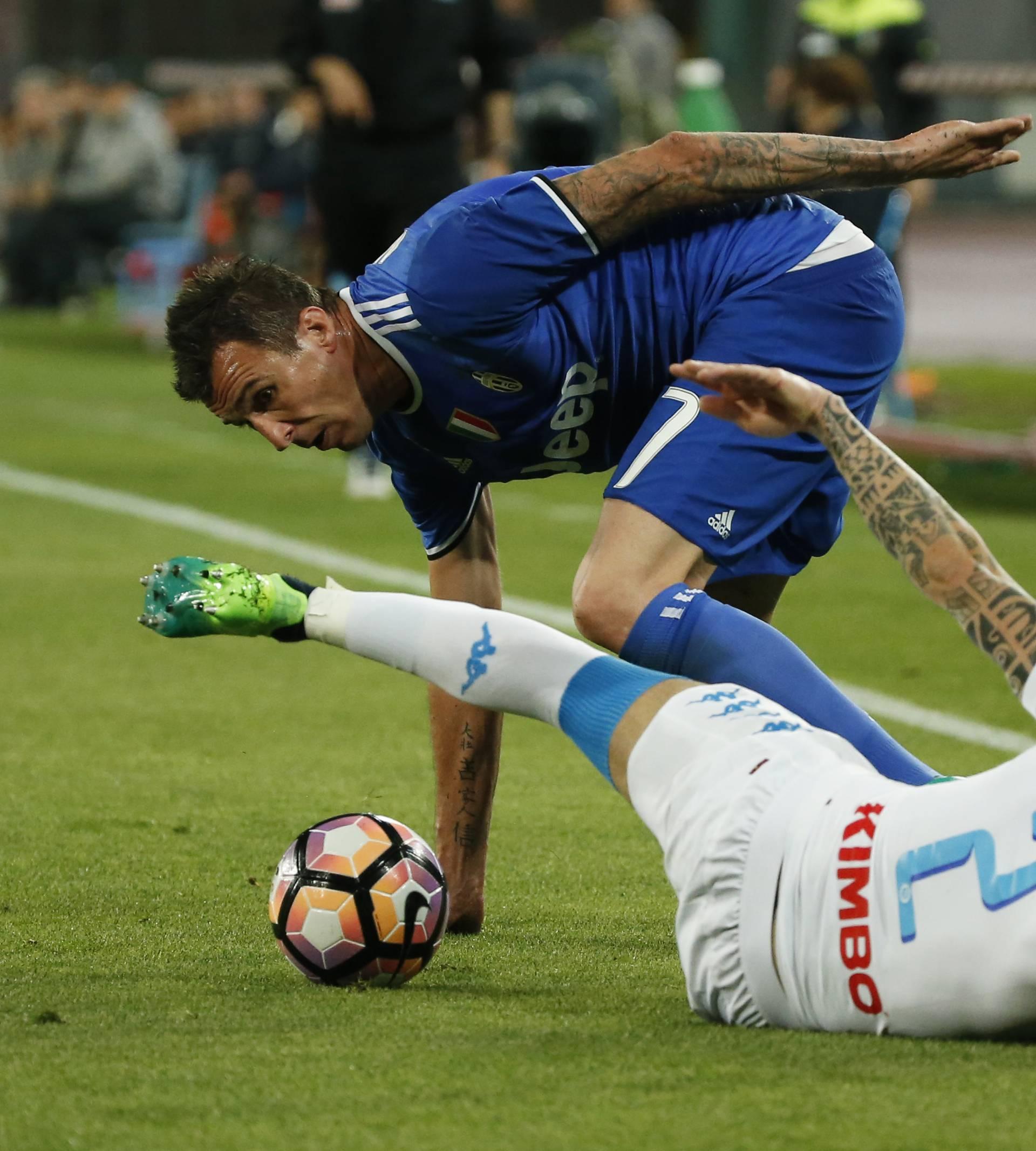 Juventus' Mario Mandzukic in action with Napoli's Elseid Hysaj