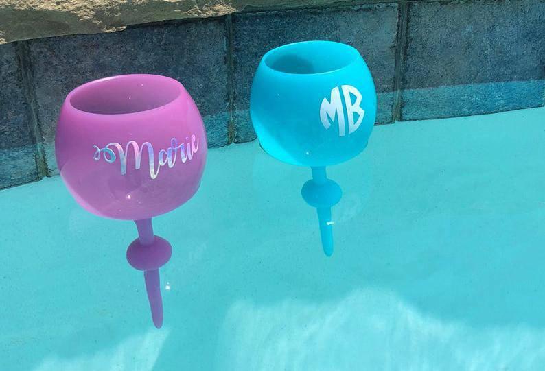 Plutajuće čaše za vino: Zgodne su volite li se izležavati u vodi, a da vam je vino na dohvat ruke
