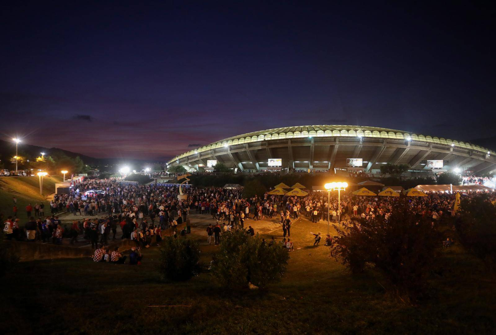 Navijači ispred Poljuda gdje će se odigrati utakmica Hrvatske i Madjarske u kvalifikacijama za EP