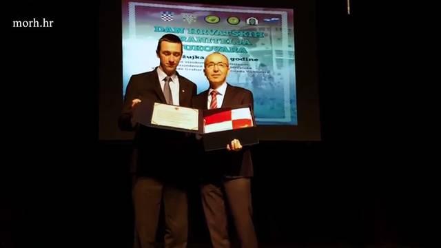 Vojska u Vukovaru, ministru su kao zahvalu uručili zastavu...