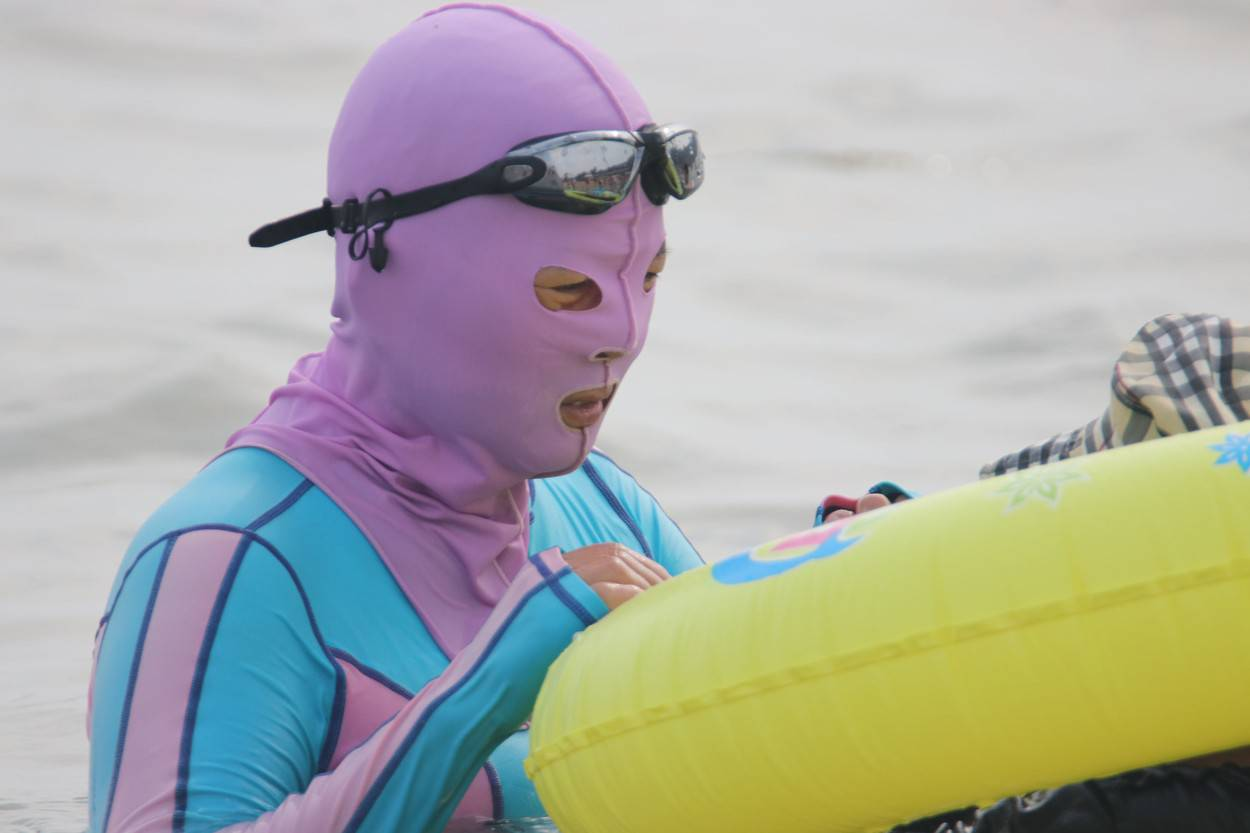 Facekini popular among female beach lovers in east China