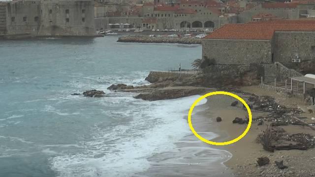 Olujno jugo na plažu izbacilu minu iz Drugog svjetskog rata