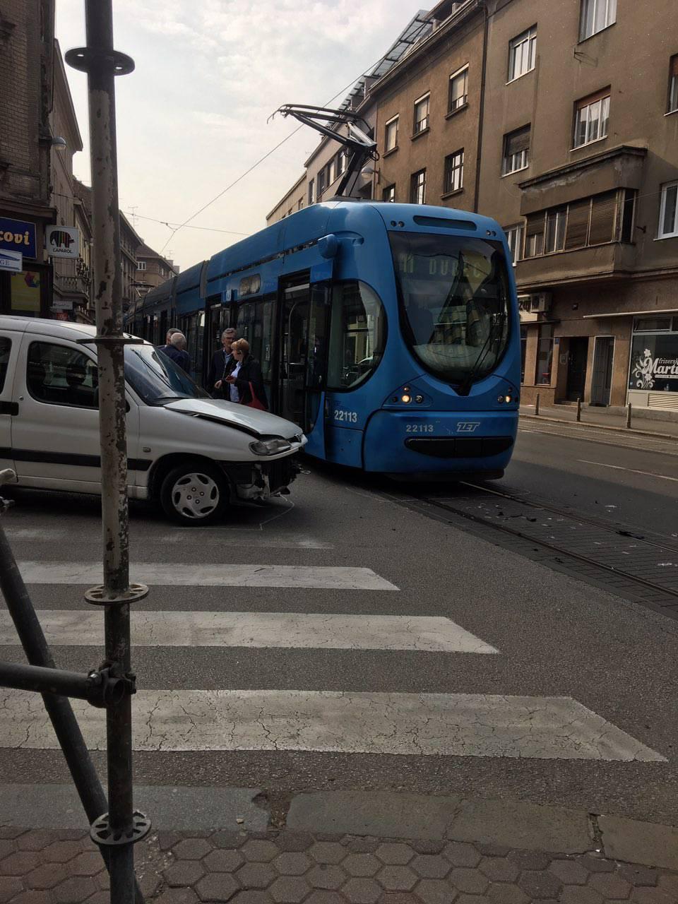 Sudarili se automobil i tramvaj: 'Prednji dio auta je smrskan...'