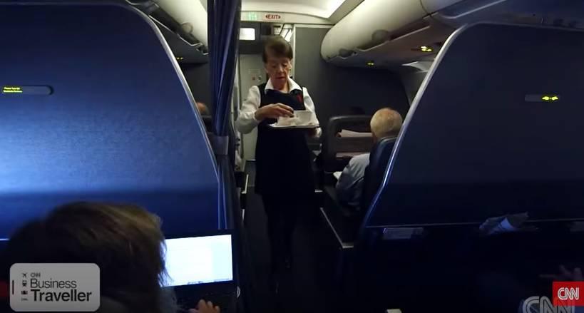 Ona ima 81 godinu i radi kao stjuardesa: 'To je stara škola...'
