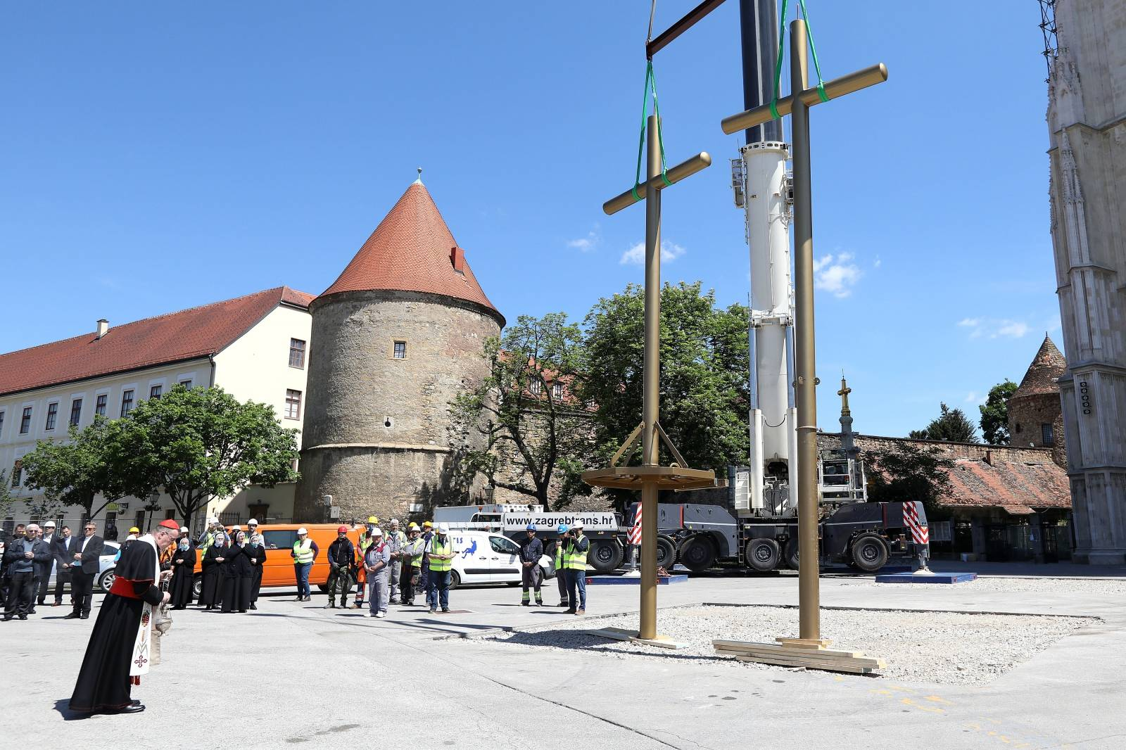 Zagreb: Kardinal Bozanić blagoslovio zamjenske križeve koji će biti postavljeni na tornjeve katedrale