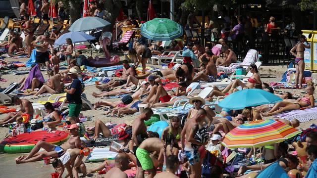Murter: Plaža Slanica puna je kupača kao u jeku sezone na kakvu smo navikli