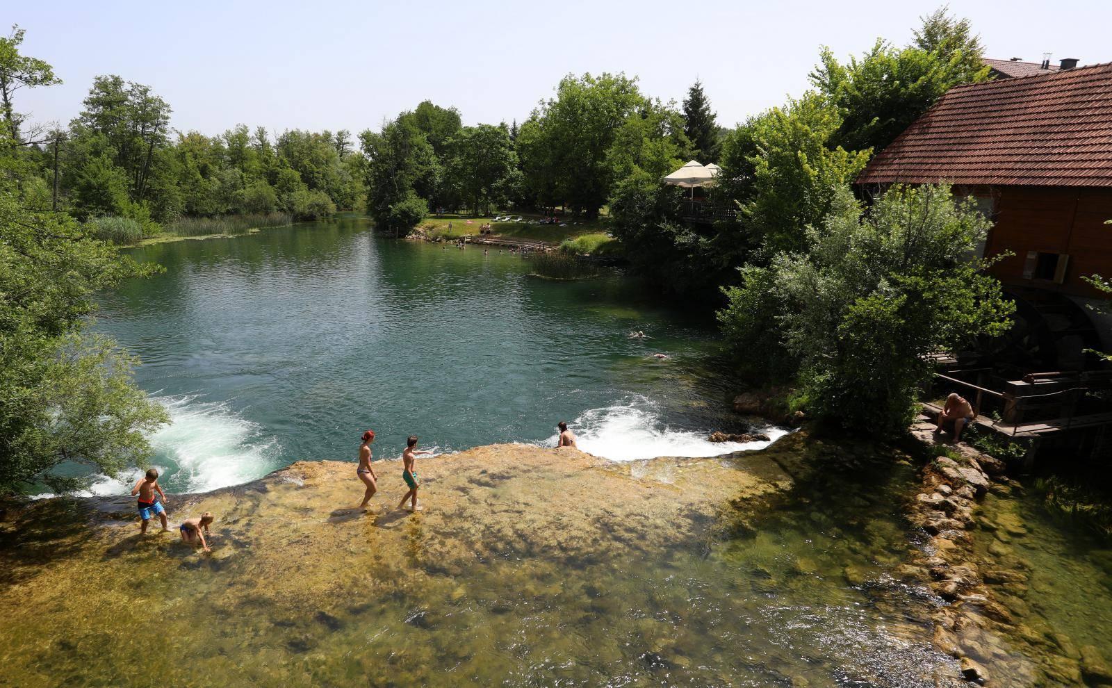 Osvježenje od vrućine neki su pronašli kupanjem u Mrežnici