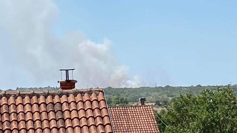 Požar kod Nacionalnog parka Krka: S vatrom se bori 15 vatrogasaca, gase i kanaderi