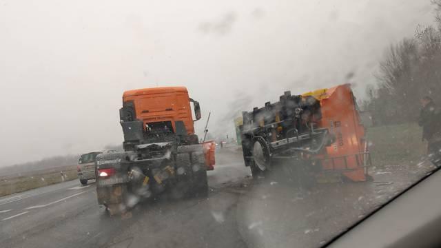 Nesreća u Varaždinu: Prevrnuo se kamion za posipavanje ceste