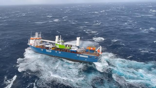 Teretnom brodu otkazao motor, dio posade skočio u ocean, ostale spasio helikopter