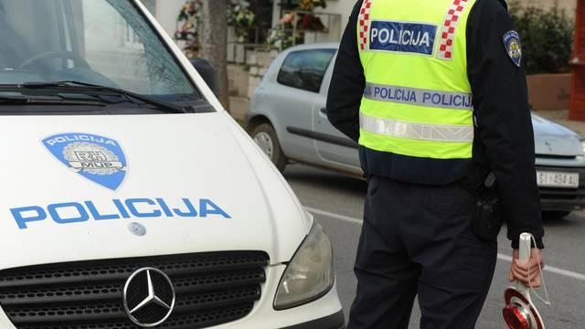 Vozio sa zabranom upravljanja, bježao policiji, odbio alkotest, a onda  opet pokušao pobjeći