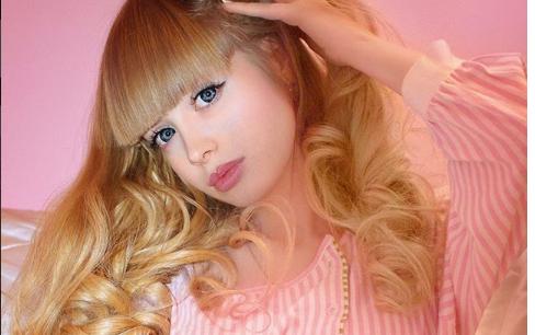 Ona je 'živa Barbie': Ima 30 godina i majka je prati na spoj