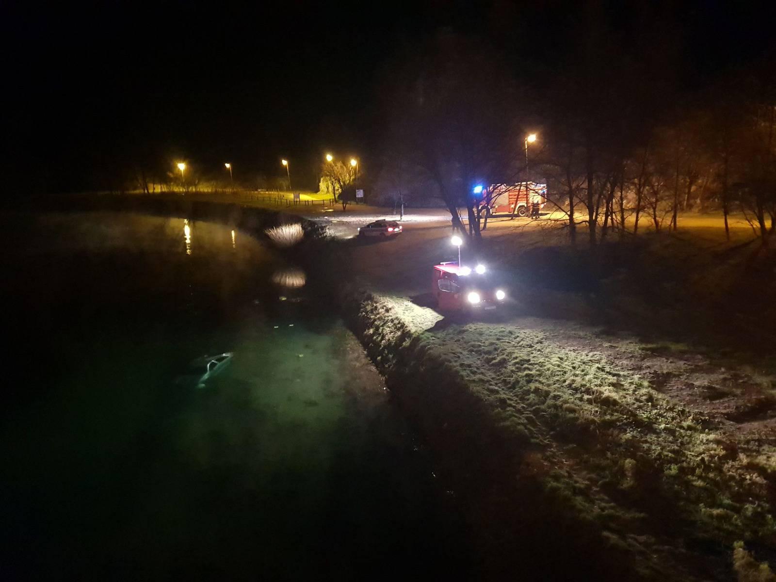 Autom sletjeli s mosta u rijeku Krku, djevojka teško ozlijeđena