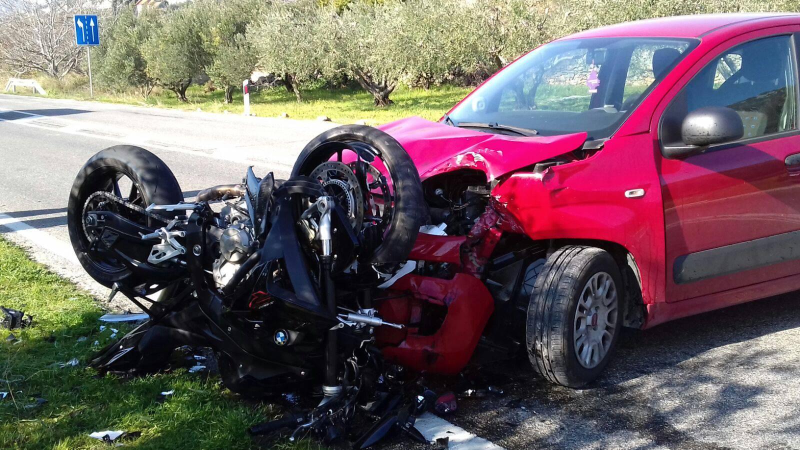 Sudarili su se auto i motocikl: Vozač motora (31) ozlijeđen