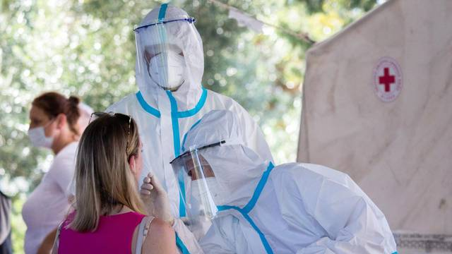Rijeka: Veliki broj turista čeka u redu kako bi se testirali na koronavirus