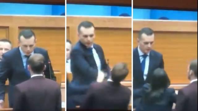 Ministar ošamario zastupnika u parlamentu: 'Sjedi, majmune!'
