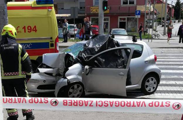 Autom se punom brzinom zabio u stup i pokupio ženu: Vozač je preminuo, pozlilo mu je?