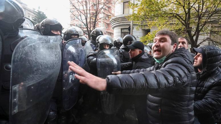 Tisuće traže izbore: Policija u Gruziji pritvara prosvjednike