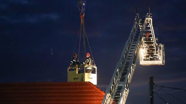 Vatrogasci i po mraku saniraju krovove i dimnjake u Petrinji