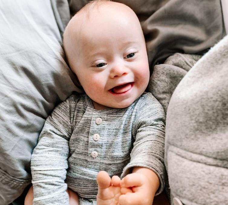 Preslatki dječak sa sindromom Down pozira za dječje brendove