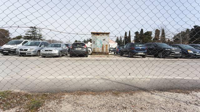 Nije htio platiti kaznu, autom probio ogradu Pauka u Zadru pa divljao i bježao policajcima