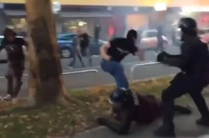 Huligani Feyenoorda kamenjem napali policajce usred Napulja