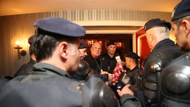 Policija izbacila HSP-ovce koji su ometali Frljićevu predstavu