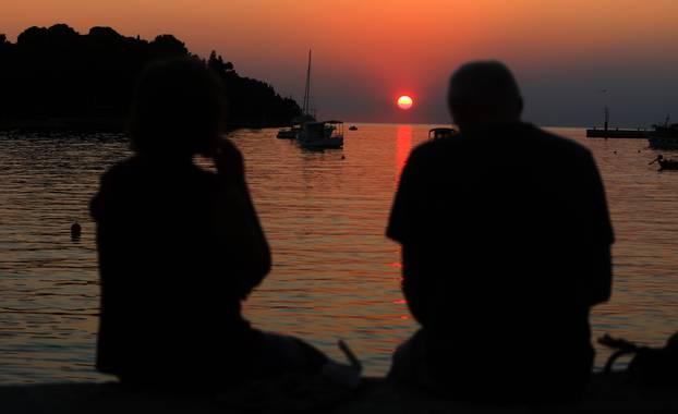 24.09.2021., Rovinj - Brojni turisti uzivali u zalasku sunca sa rive u Rovinju. Photo: Kristina Stedul Fabac/PIXSELL