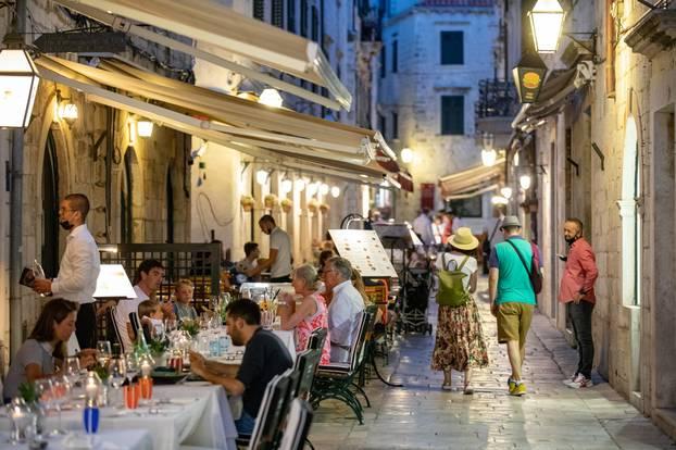 Večer u Dubrovniku, na ulicama sve više turista