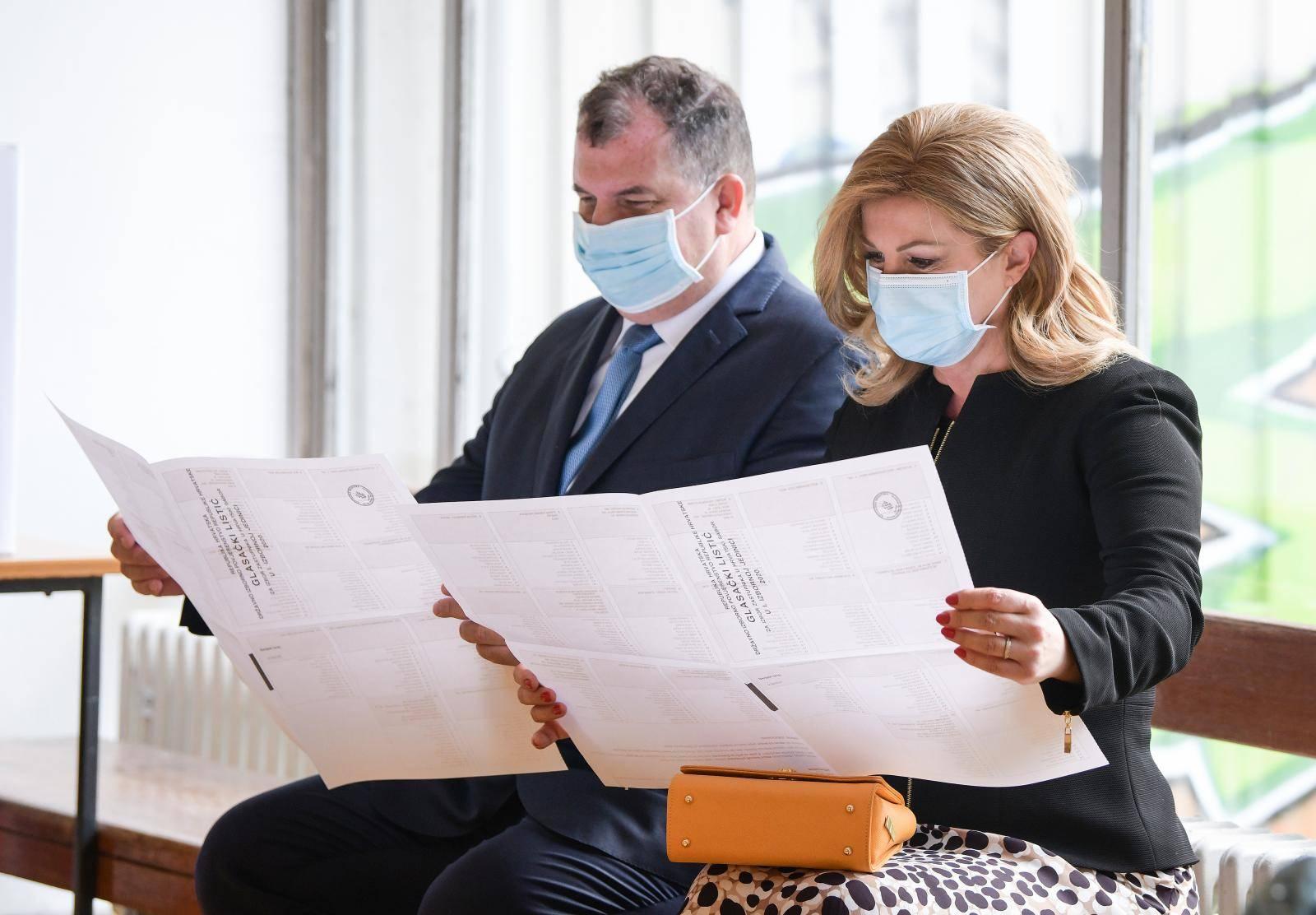 Zagreb: Kolinda Grabar-Kitarović sa suprugom Jakovom izašla na biralište