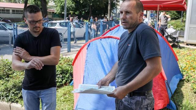 Zagreb: U znak protesta postavio šator ispred Klinike za dječje bolesti u Klaićevoj
