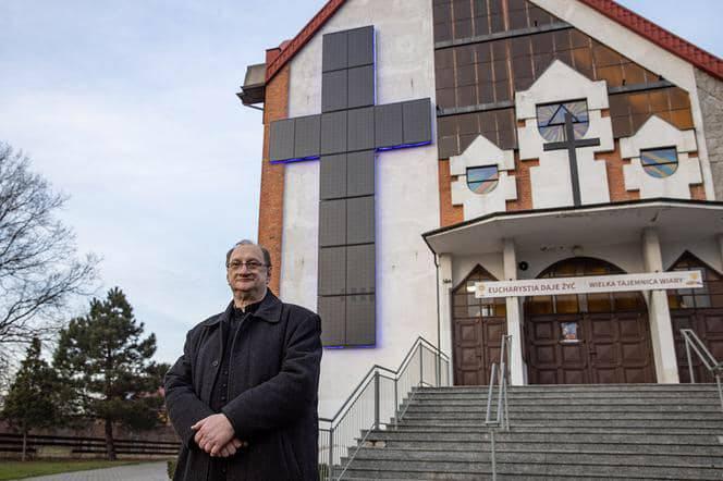 Svećenik je na crkvu stavio divovski križ od solarnih panela