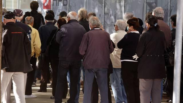 Šibenik: Velike gužve ispred banke zbog isplate mirovina