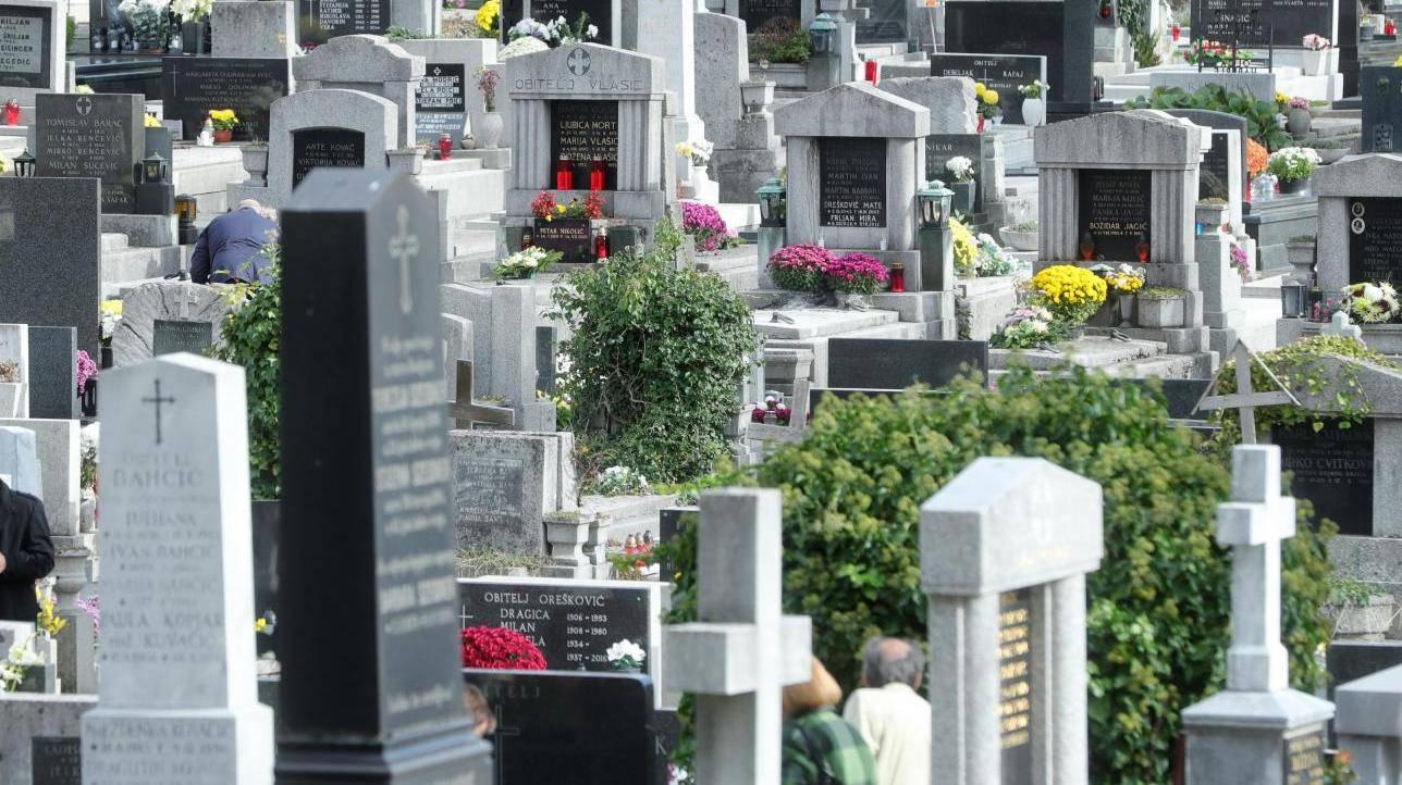 Zagreb: Građani obilaze posljednja počivališta najmilijih na groblju Mirogoj