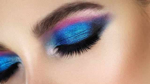 Efektno plavo sjenilo u pet varijanti koje ističu boju oka