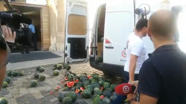 Ministar zdravstva Beroš policajcu pred ulazom u Vladu: 'Molim vas, uzmite lubenicu'