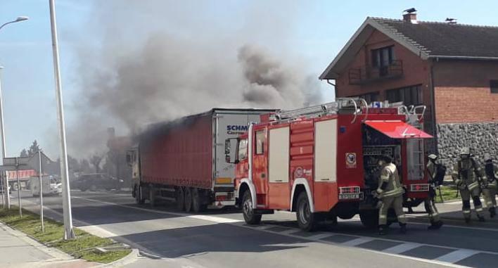 Video: U Bjelovaru se zapalio kamion, vatrogasci stigli brzo