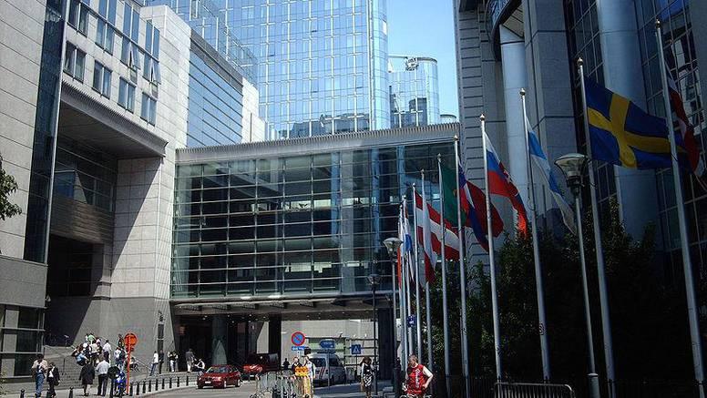 Sa stropa EU Parlamenta otpale tri betonske ploče