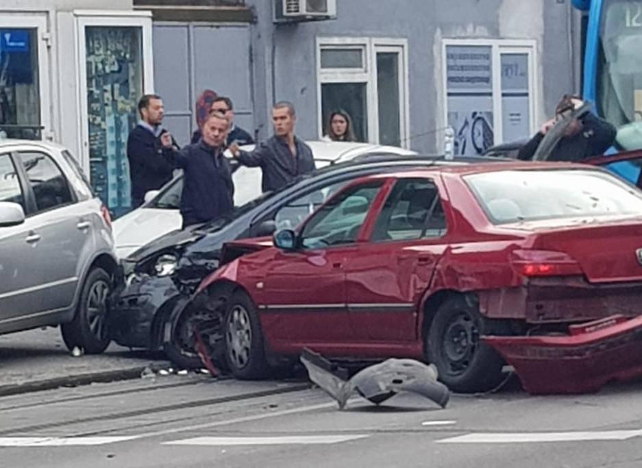 Sudar na Trešnjevci: Ozlijeđeno dvoje ljudi, sudarila se 3 vozila