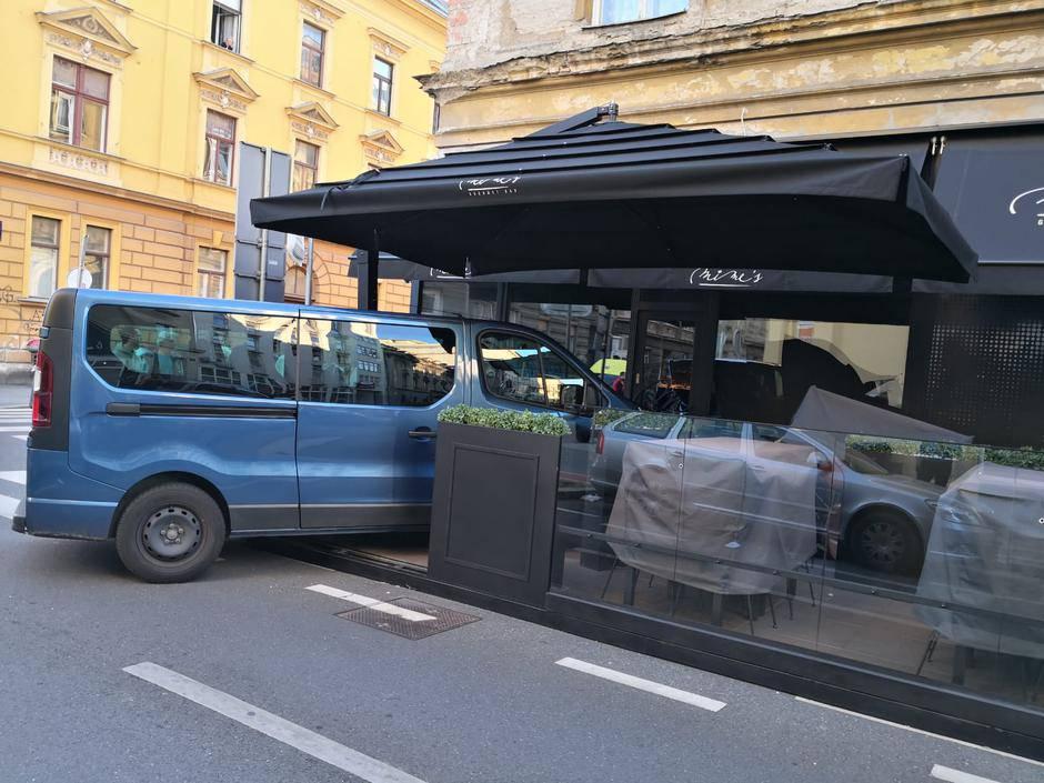 Automobilom se zabio u terasu restorana: Pokosio je stolice