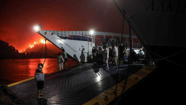 Grčka u plamenu: Masovne evakucije ljudi oko Atene