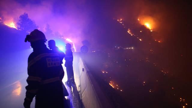 Zapalio travu uz prugu: Nisu mogli ugasiti vatru pa pobjegli