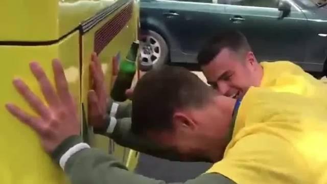 Dečki, prvo pogurajte autobus, a onda možete slaviti naslov