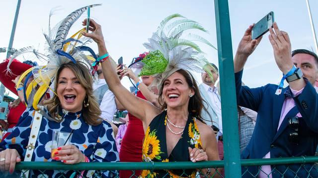 Konjičke utrke u Kentuckyju: Veliki šeširi s perjem, krznom i raskošnim detaljima u boji