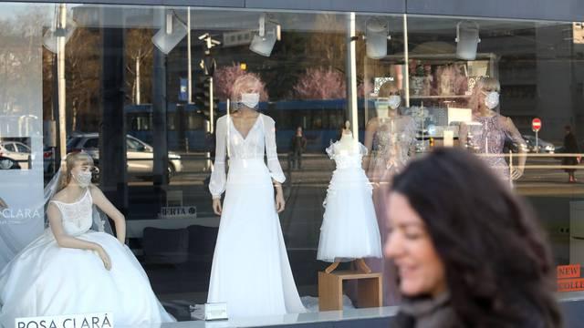 Nova moda - mladenke sada vjenčanicu mogu uskladiti s dizajnerskim zaštitnim maskama